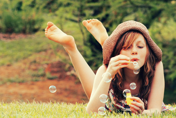 simple_is_best girls making bubbles photos1.2