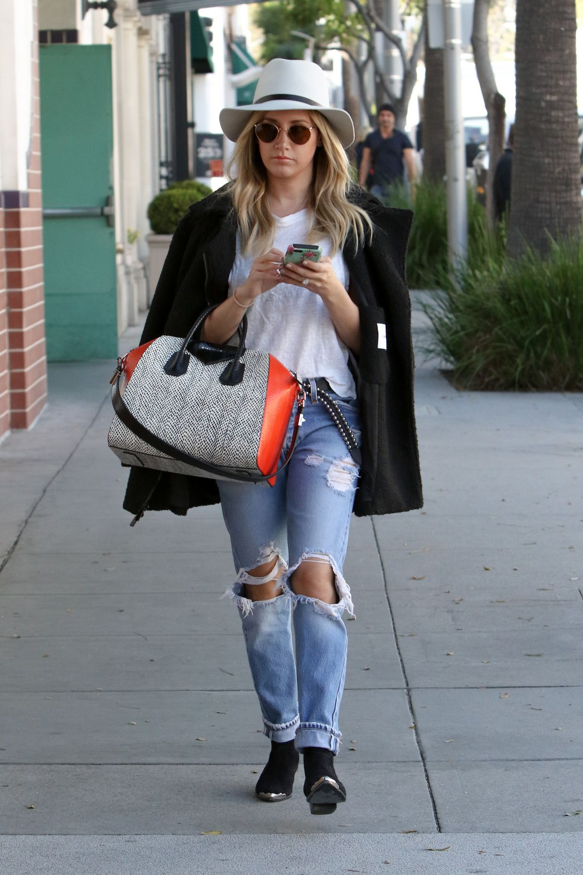 ashley-tisdale-ripped-jeans-19